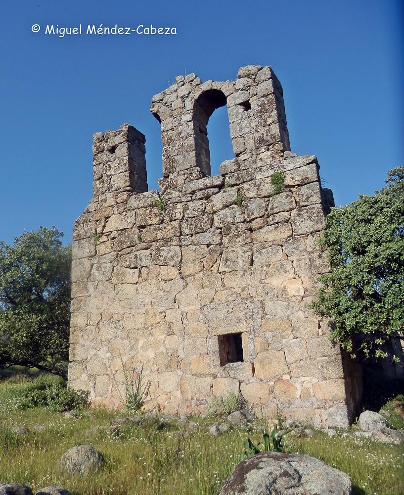 Restos de la espadaña de la ermita de la Encarnación, iglesia del pueblo que dio origen a Gamonal