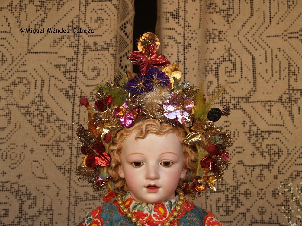 Detalle de la decoración de la cabeza de un niño lagarterano