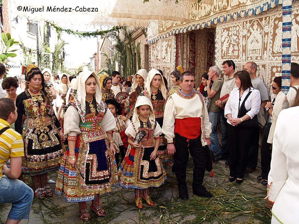 Procesión del Corpus entre altares, labores, plantas aromáticas y trajes tradicionales
