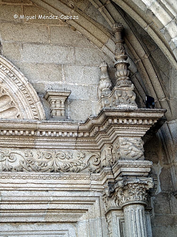 Detalle de la portada de la iglesia de Almorox