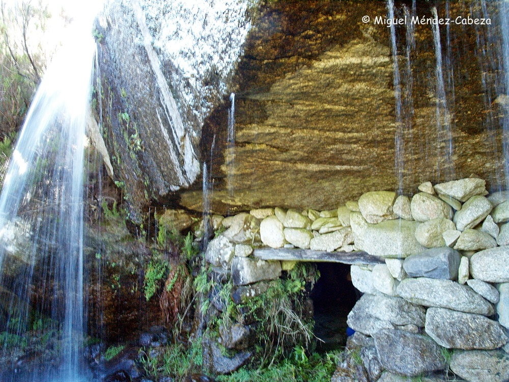 Quesera, una nevera natural situada en este caso bajo una cascada