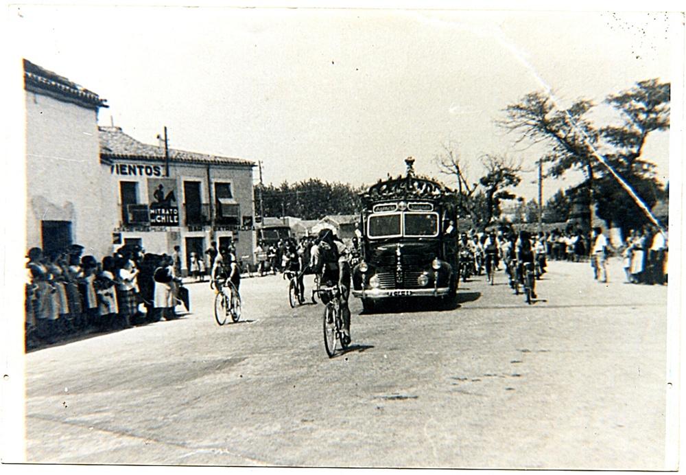 Carrera ciclista con viejo autobús de apoyo a los equipos