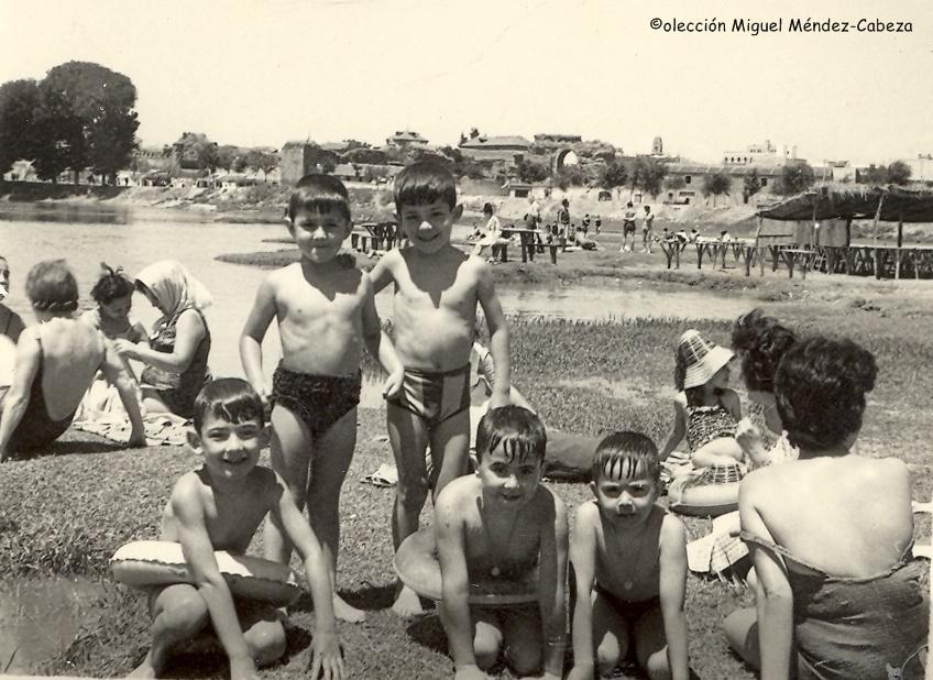 Bañistas en la playa de Los Arenales en Talavera. Al fondo el casco antiguo y en primer plano uno de los frecuentados merenderos