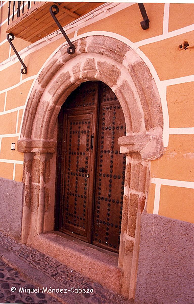 Portada de una casa patio del siglo XVI en la calle San Sebastián