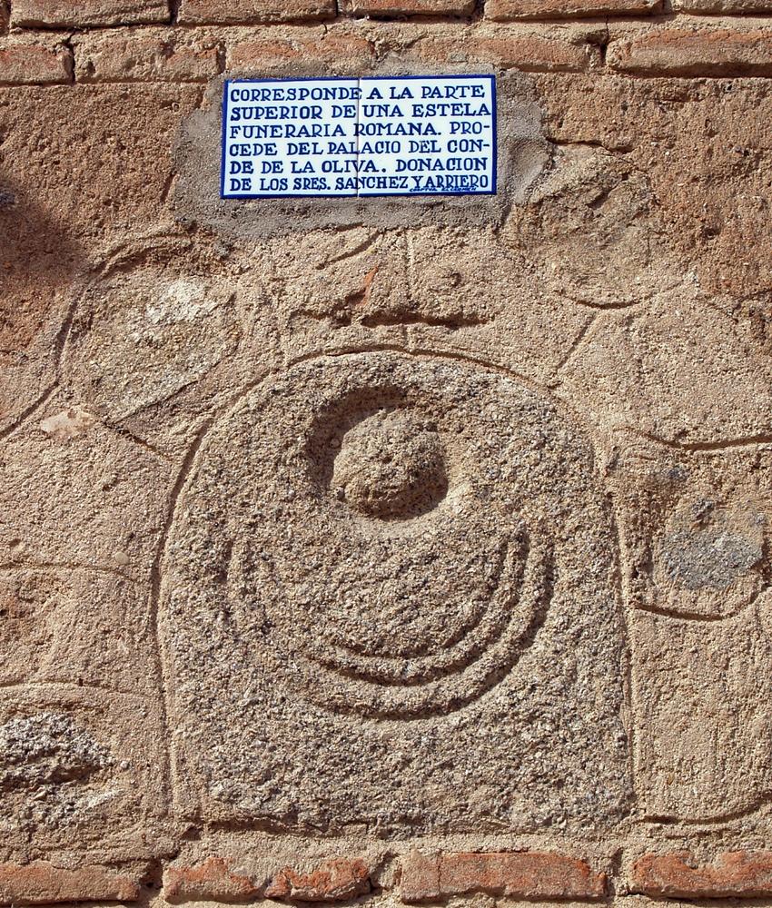 Una de las lápidas romanas que se hallaban en el palacio de los condes de la Oliva