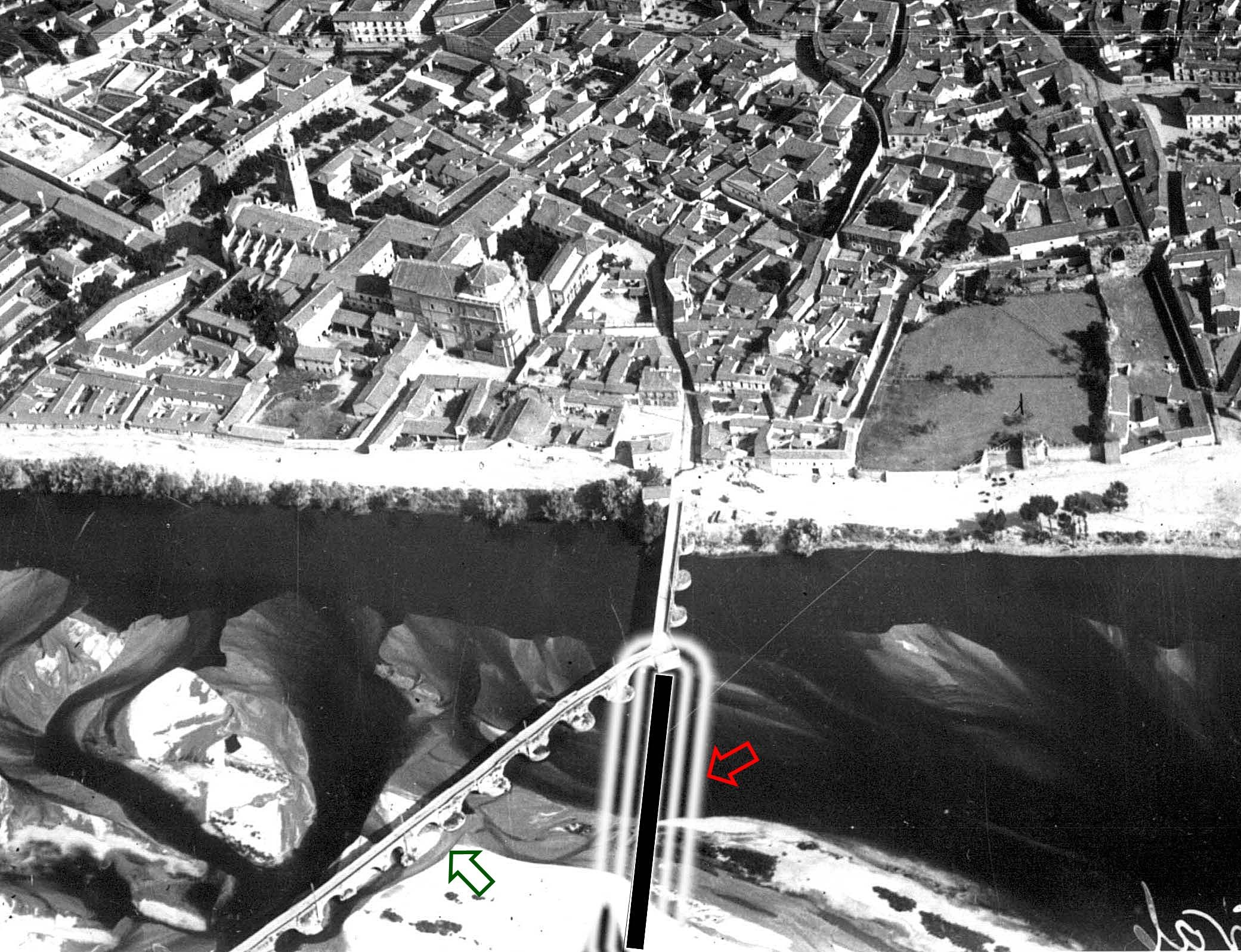 Se resalta en esta foto aérea de 1937 el trazado del que fue Puente Romano. La flecha roja señala el puente romano y la verde el trazado actual
