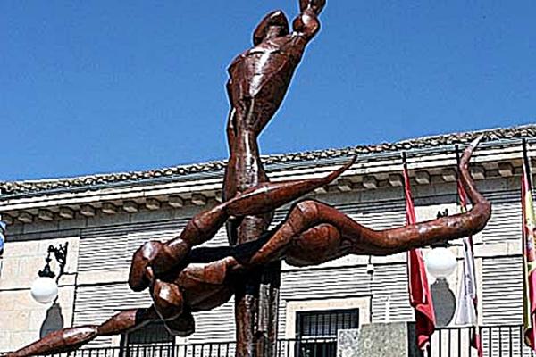 Escultura moderna que representa al los dioses vetones Endovélico y Ataecina de Arenas de San Pedro