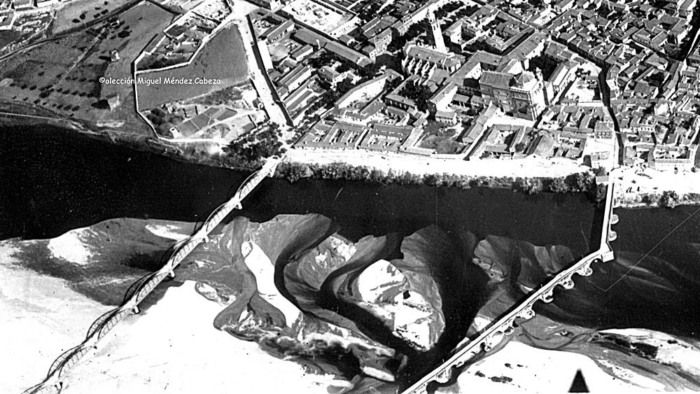 Foto aérea del río de 1937 que muestra las islas y arenales del río limpios.