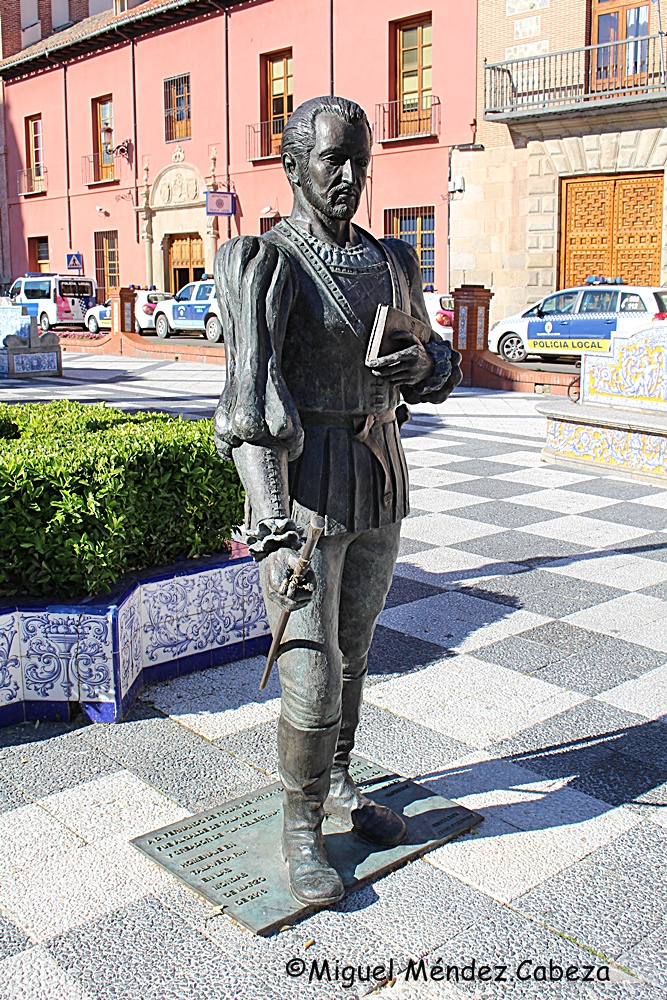 Escultura que representa a Fernando de Rojas en la Plaza del Pan