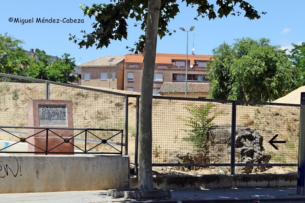 Sobre los restos de la ermita de la madalena, señalados con la flecha se han vertido toneladas de Tierra a mayor gloria de Fernando de Rojas y el patrimonio talaverano