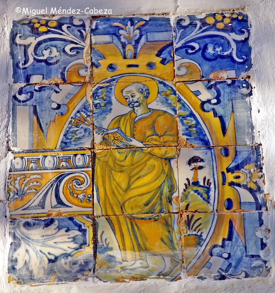 Azulejos del siglo XVI en la iglesia de Mañosa que representan a San Pedro.