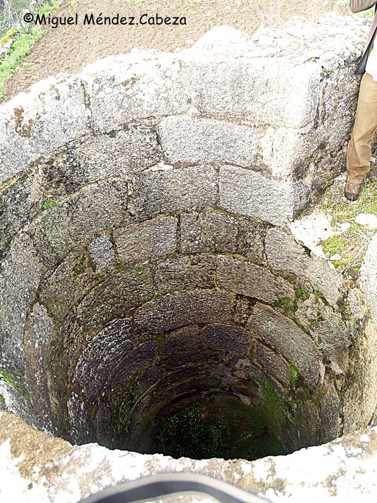 Interior de un cubo de sillería granítica en el arroyo Saucedoso