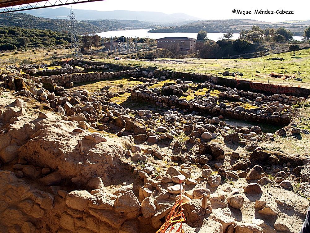 Vista de las excavaciones del castro de El Bercial con el Tajo al fondo.