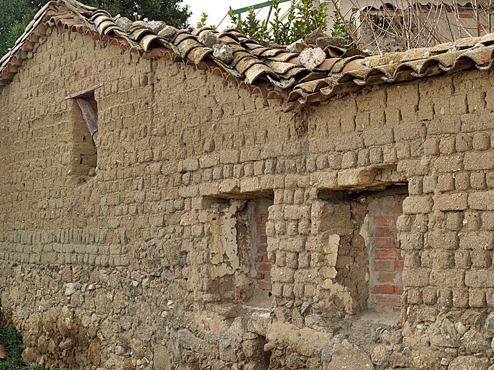 Construcción en adobe de Nuño Gómez