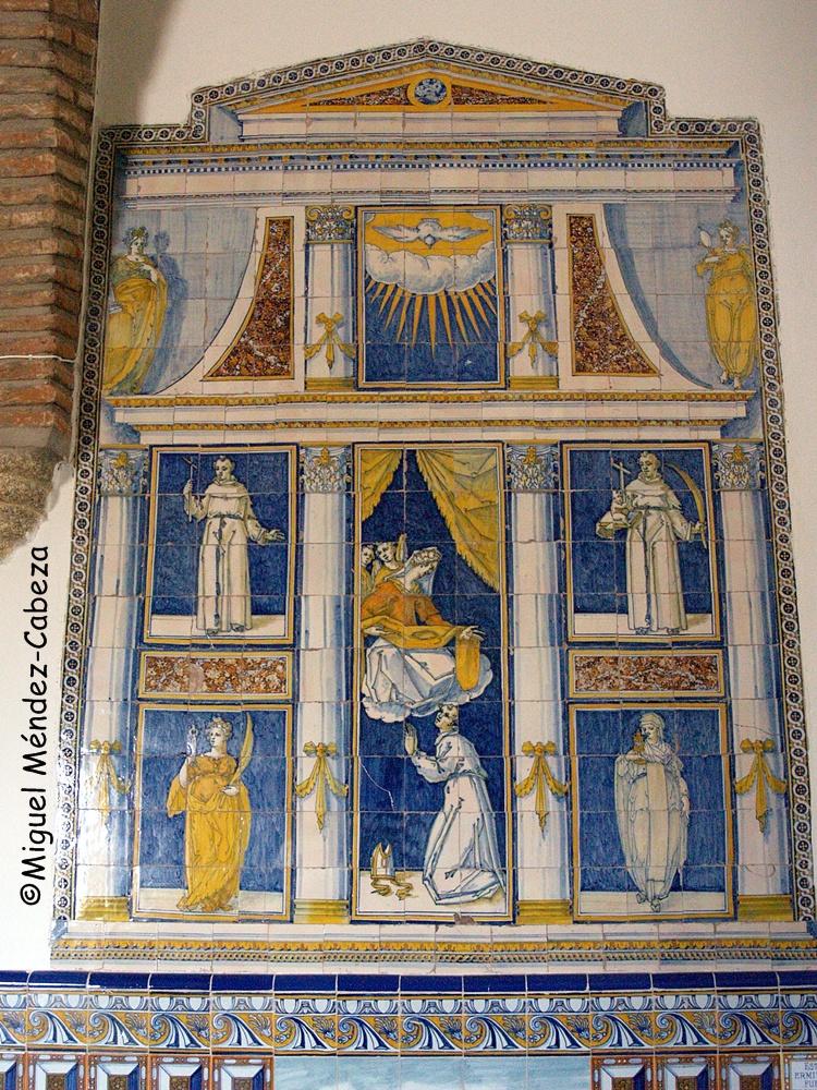 Uno de los magníficos retablos laterales de azulejería de Talavera del siglo XVII en la ermita de Velada