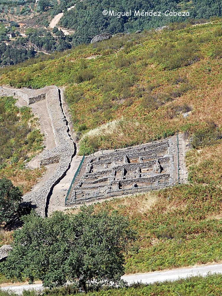 Castro del Raso en Candeleda. Las murallas y parte del poblado excavado