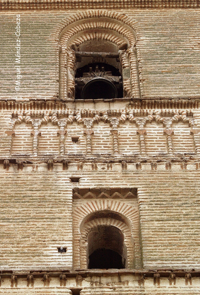 Detalle de la decoración mudéjar de la torre de la iglesia de Erustes