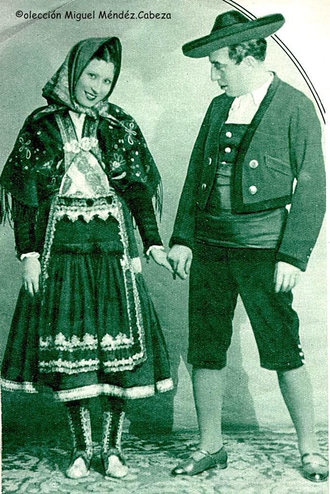 """Otra imagen del ABC, Blanco y negro con dos """"bailadores"""". El traje de varón es similar en los dos casos"""