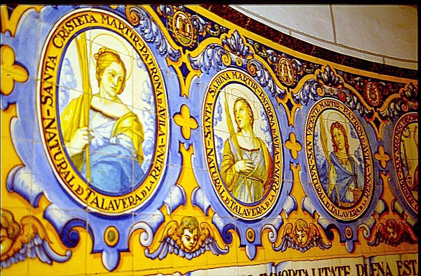 Los Santos Mártires Vicente Sabina y Cristeta representados en azulejería de Ruiz de Luna en la iglesia de Castillo de Bayuela