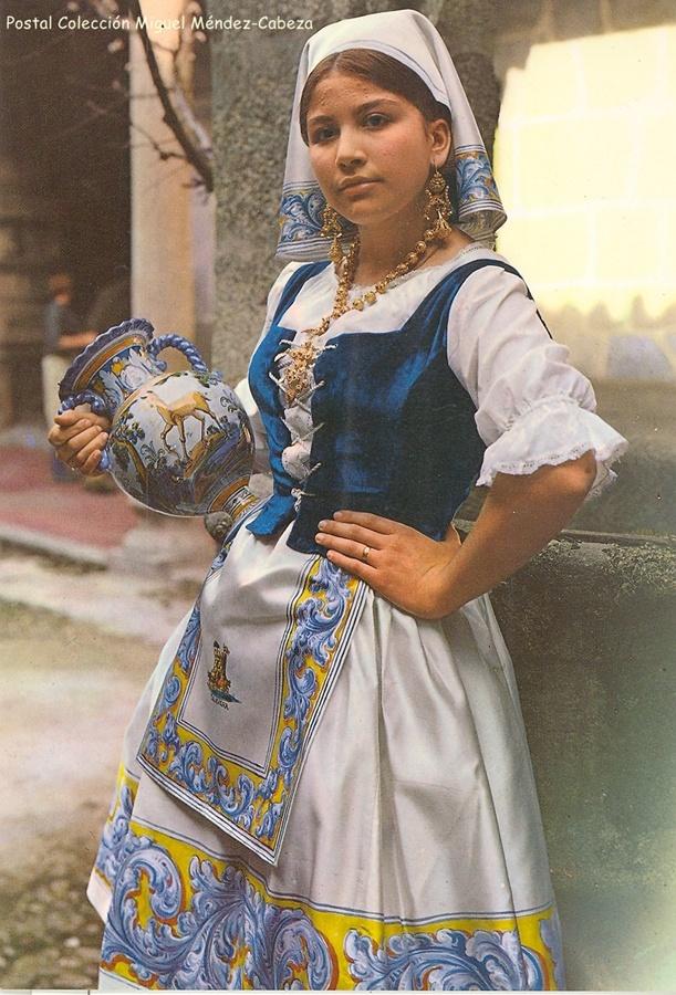 La cantante Rosamil con el traje de alfarera de gala en una postal de los años 70
