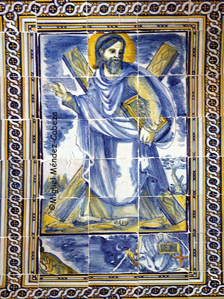 Panel de azulejos que representa a San Andrés con su cruz característica en la capilla mayor de la ermita Virgen de Gracia