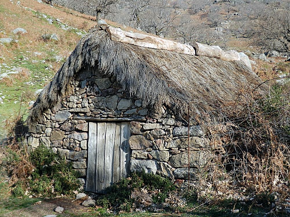 Casilla con techo de escobón reconstruida en la Garganta de Chilla