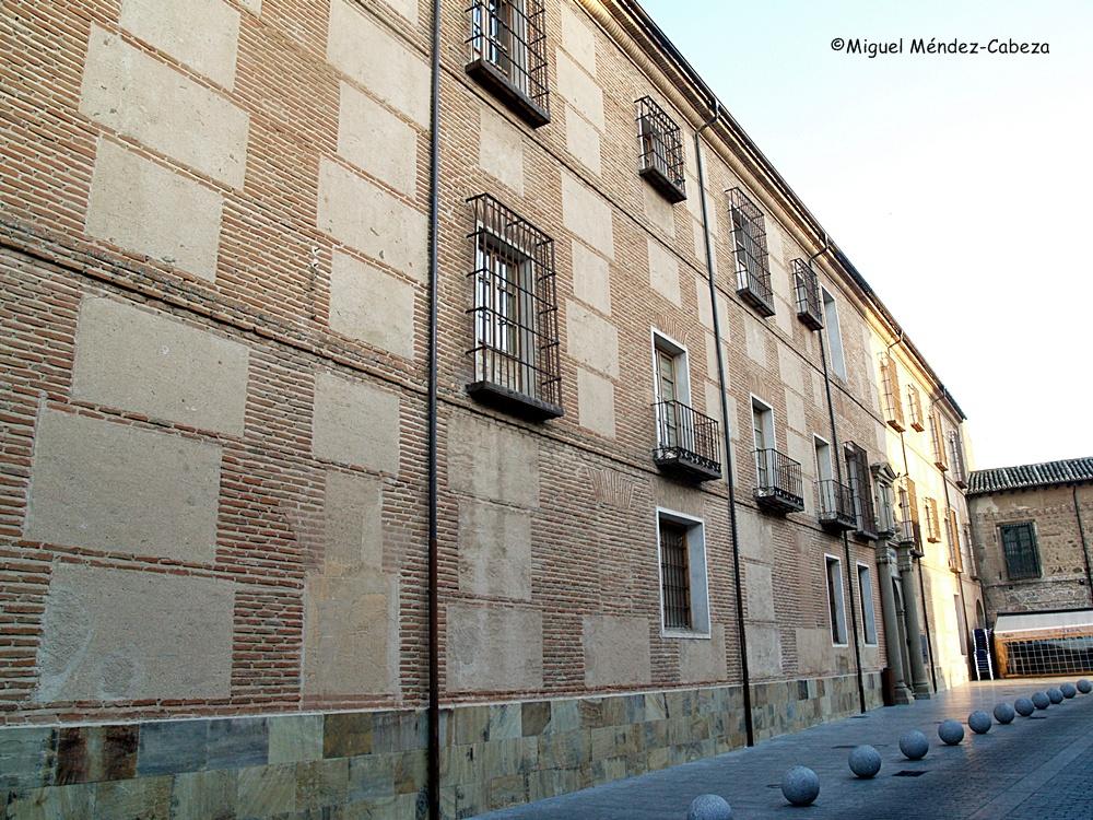 Por las ventanas lanzaban las amotinadas muebles y alimentos de los jesuitas.