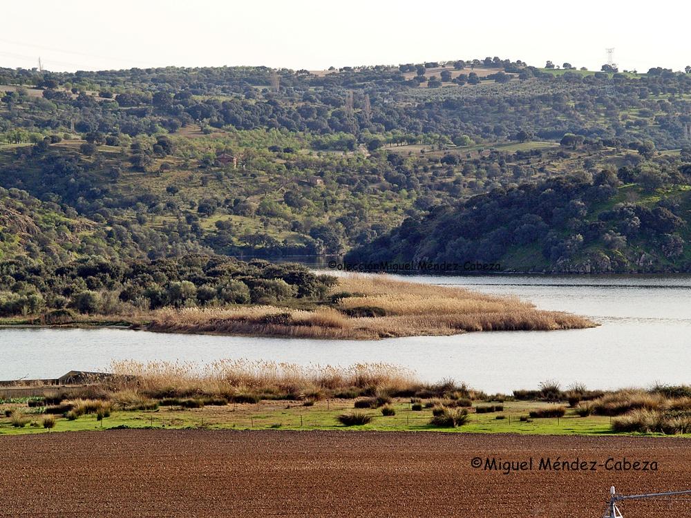 Al fondo, la desembocadura del Joyegoso, donde s produjo el asalto de los maquis de este relato