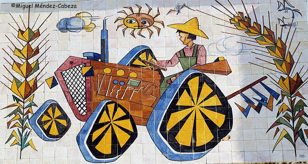Tractorista representado en un panel de azulejos de El Carmen