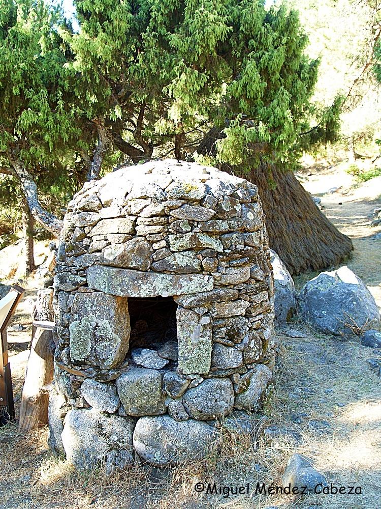 Horno de pan de la majada restaurada junto al Nogal del Barranco