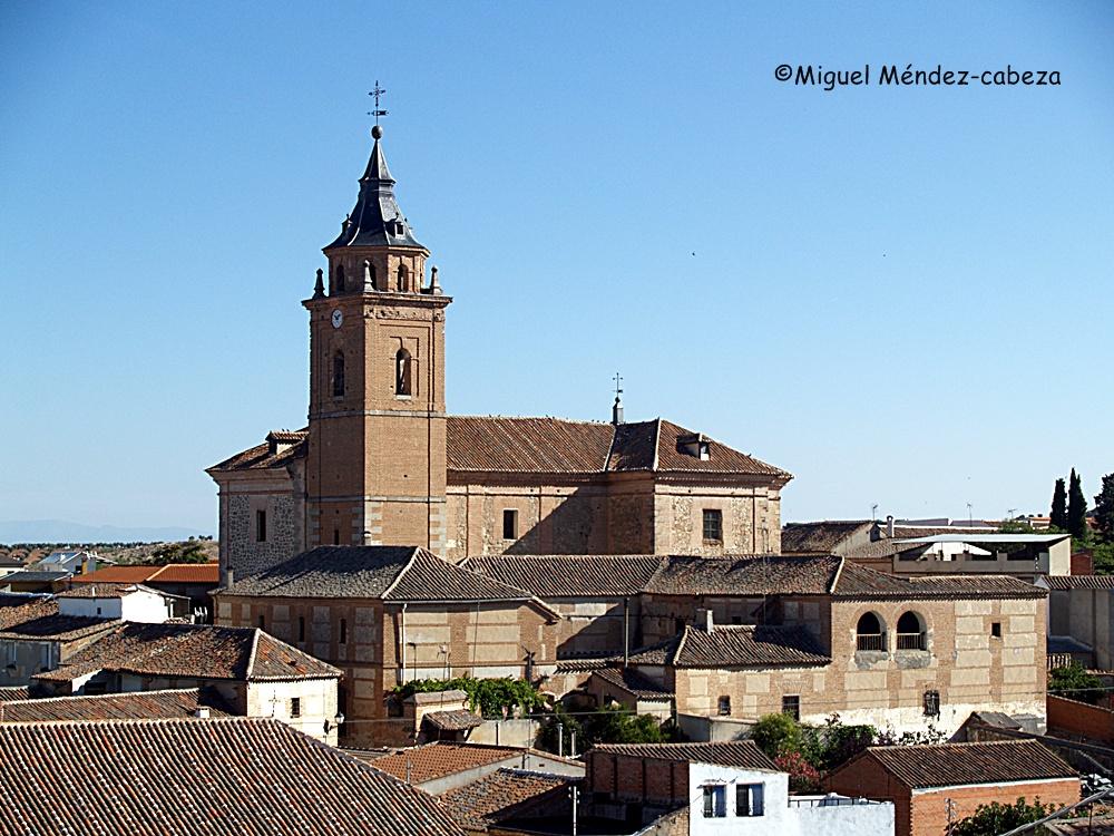 Iglesia de San martín de Pusa y delante la que fue casa del administrador de los marqueses de Valdepusa y lugar donde la tradición local asegura que durmió Santa Teresa