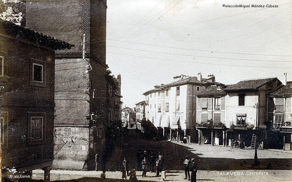 Vista de los pintorescos pórticos de la plaza del Reloj y la corredera en foto de Ruiz de Luna, donde se observa a la izquierda la antigua torre del Reloj. A principios de siglo todavía se conservaba una característica arquitectura vernácula.