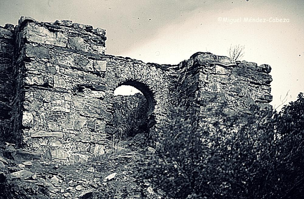 """La """"Torrecilla"""" musulmana de Villar del Pedroso con su entrada de arco de herradura"""