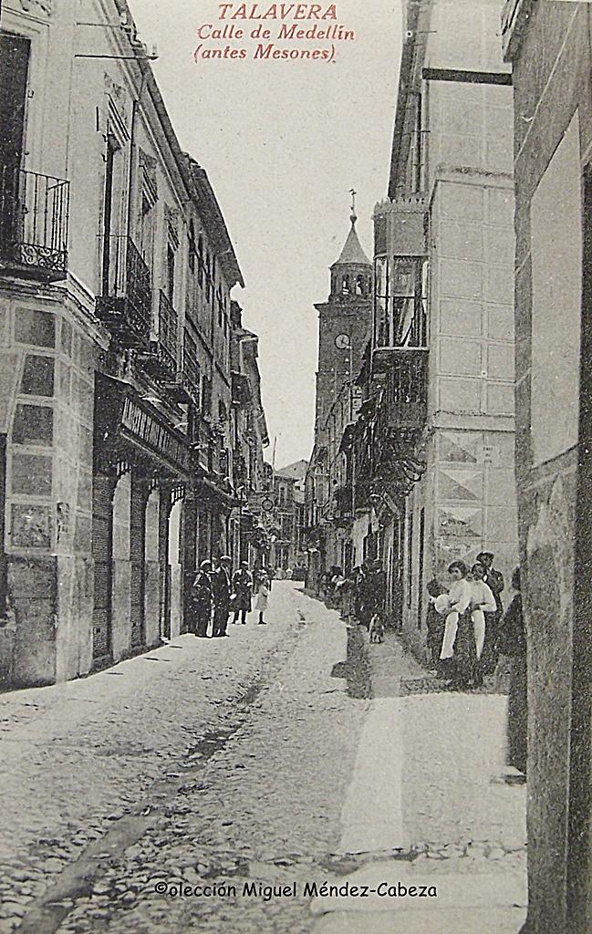 Calle Mesones fotografiada desde la Plaza del Potro