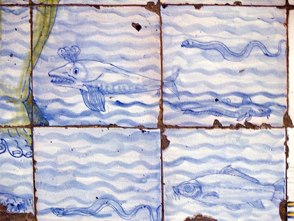 Fauna fluvial en panel de azulejos que representa a San Cristóbal cruzando un río en la basílica del Prado