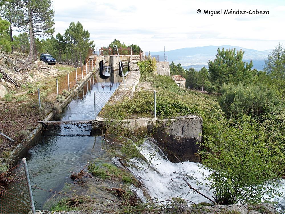 Compuertas de la central eléctrica de Gavilanes, el rebosadero de la derecha forma una impresionante chorrera que se desploma por la ladera de Gredos