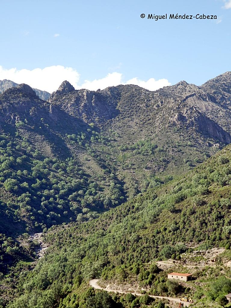 Garganta Tejea, a la derecha los dos picos llamados hermanitos de Tejea