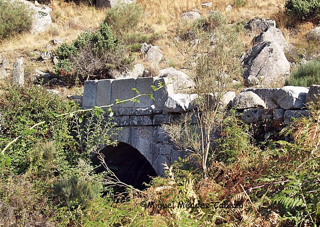Pequeño puente sobre la calzada para salvar un arroyo