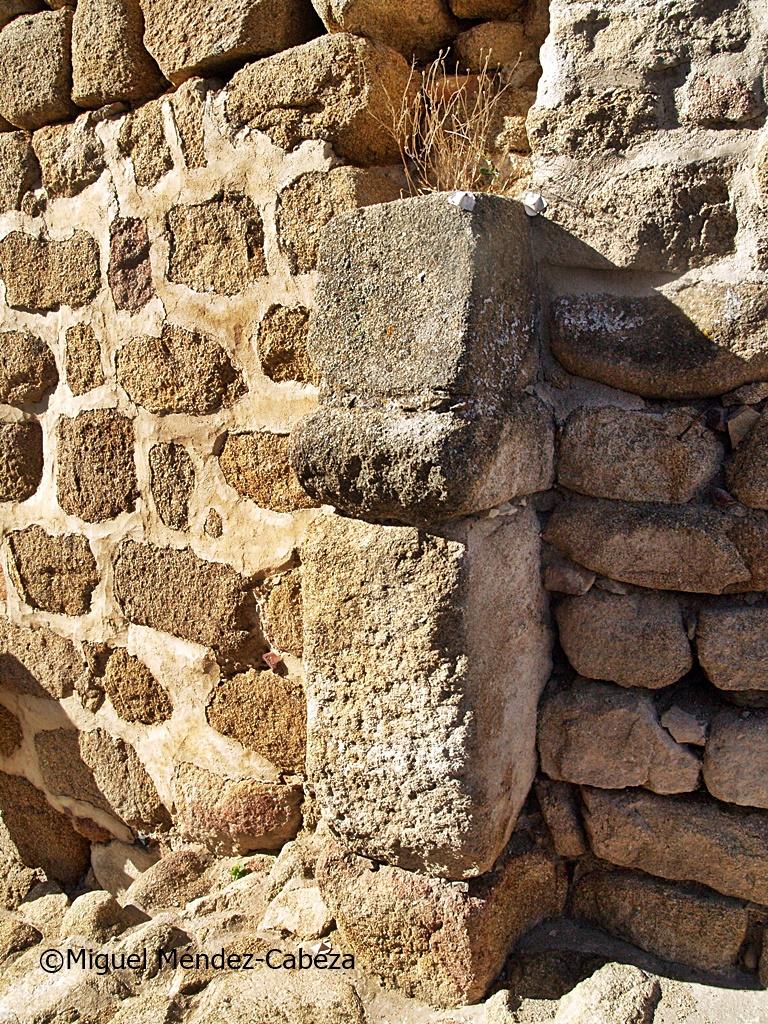 Puerta de la alcazaba con el arranque del arco de herradura