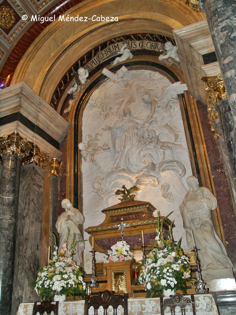 Altar con la urna de los restos de San Pedro de Alcántara