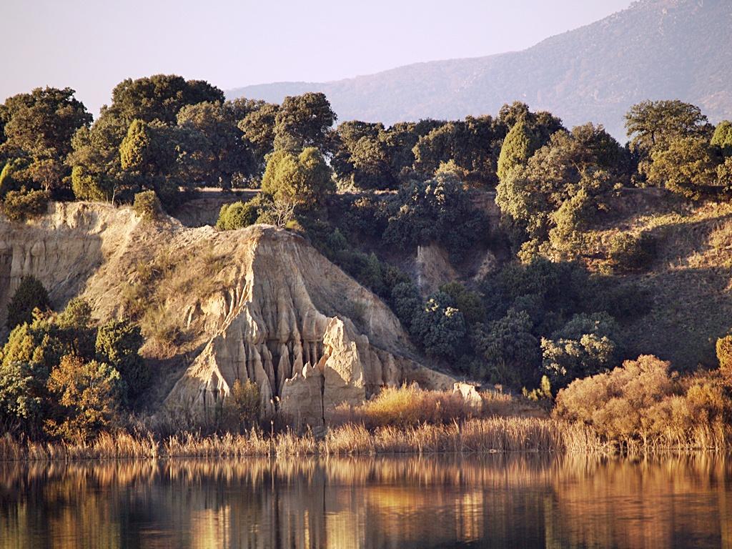 Pequeñas barrancas en la orilla norte del embalse de Cazalegas