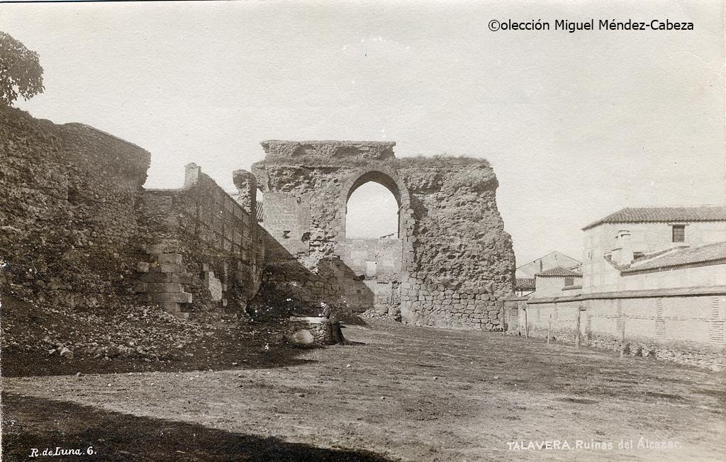 Fotografía de Ruiz de Luna con la torre albarrana que quiere hacerse visitable y el muro oriental de la alcazaba