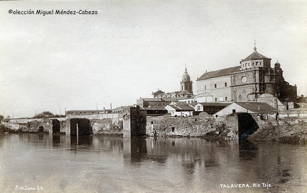 La muralla árabe lamida por el río en foto de Ruiz de luna de principios del siglo XX