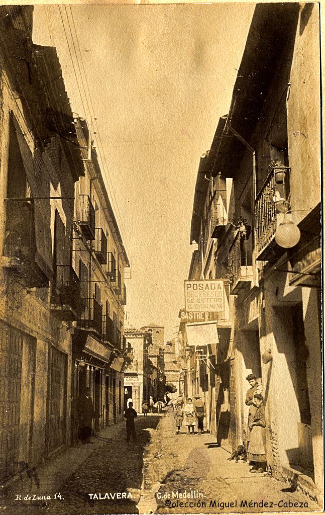 Calle Mesones desde la Plaza del Reloj en fotografía de Ruiz de Luna
