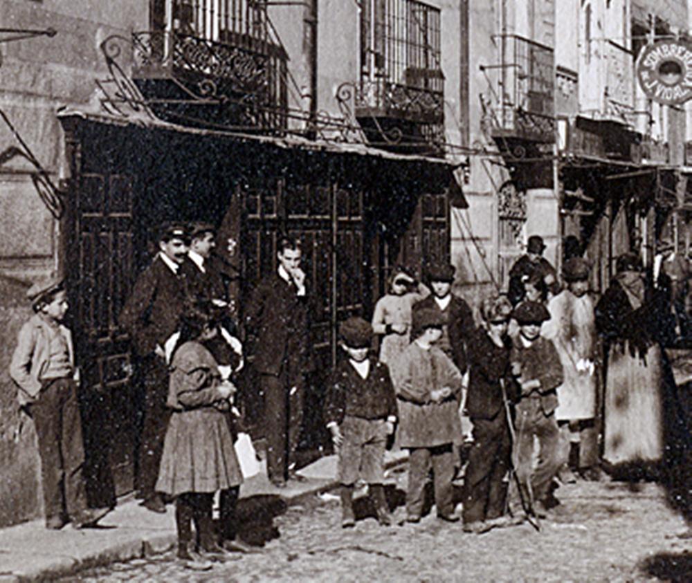 Tipos a la puerta de un comercio a la entrada de la calle de San Francisco, junto a la plaza del Reloj