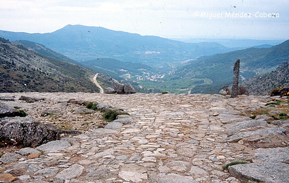 Calzada romana con el valle de Cinco Villas al fondo