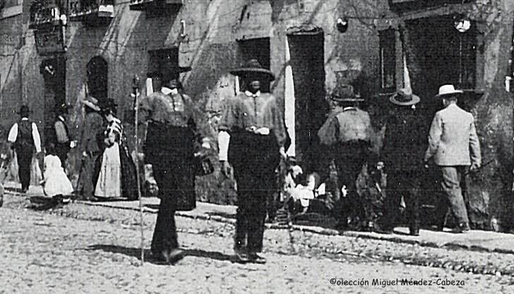 Tipos con atuendo tradicional pasean por la calle San francisco
