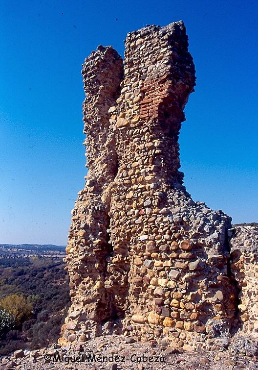 Ruinas del castillo de Santisteban junto al río Pusa