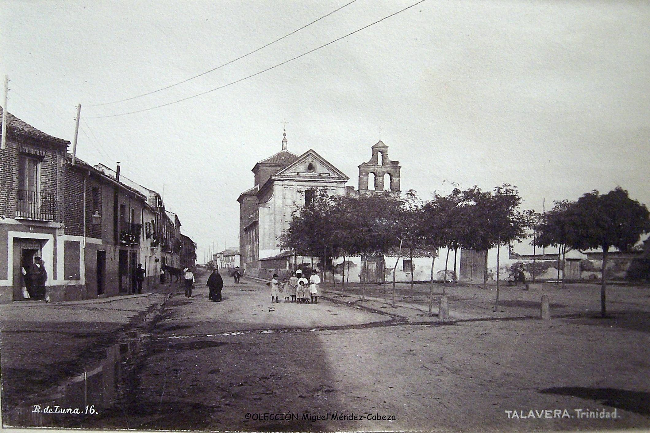 Fotografía de uiz de Lunade la actual calle y plaza de la Trinidad con el convento al fondo