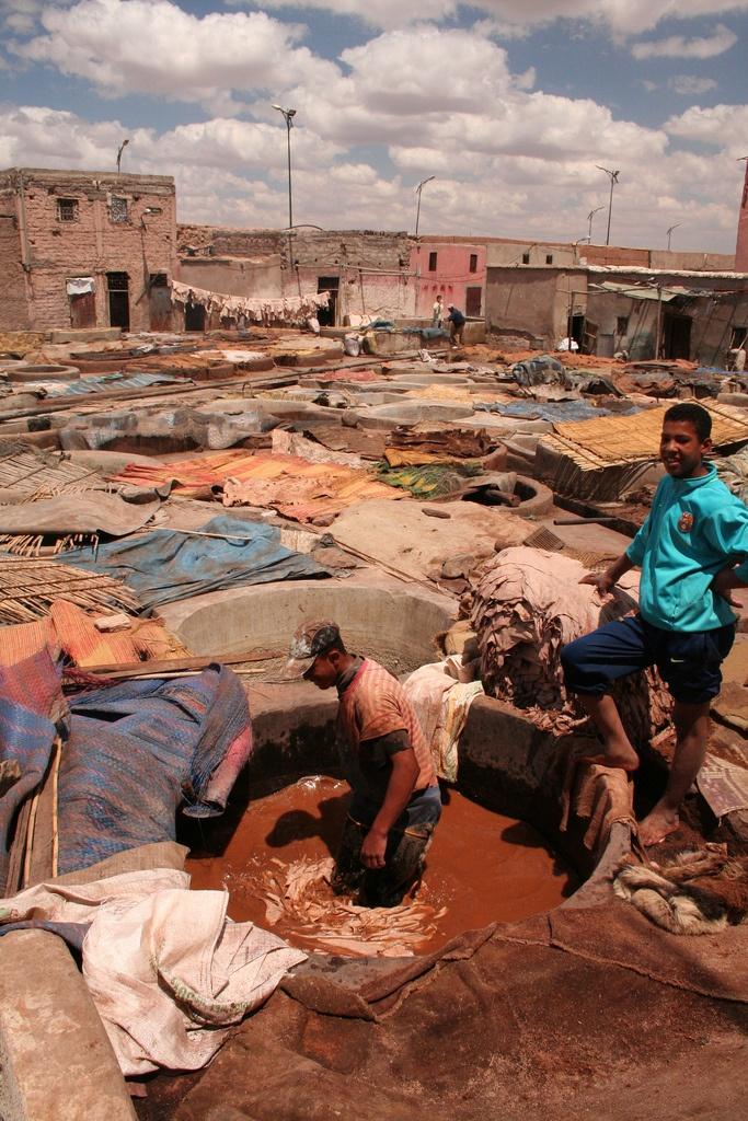 Esta fotografía de unas tenerías marroquíes nos da idea de la suciedad que supone esta actividad